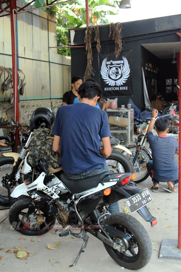 Suasana kerja di area Moto Corner