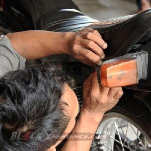 Melepas karet pada behel motor sektor belakang