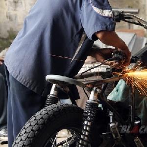 Mekanik sedang mengerjakan motor modifikasi lainnya