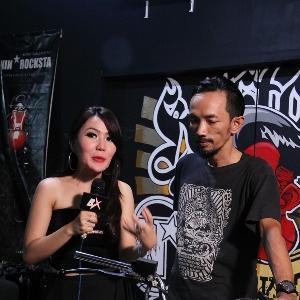 Cheria Vasti (kiri), host dan Nino Pramono (kanan), builder Nin *Rocksta