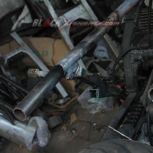 Salah satu sisi subframe modifikasi Suzuki GSX750 Police cafe racer