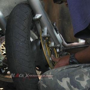 Memasang roda depan