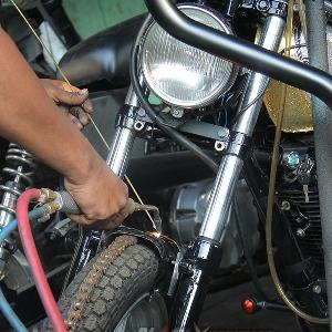 Aktivitas Donny saat mengerjakan motor modifikasi yang lain