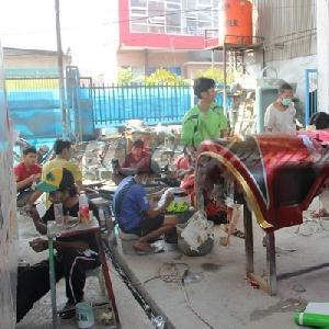 Aktivitas crew Tomi Airbrush di bengkel