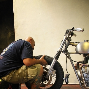 Aktivitas Vero dalam merakit Moto Guzzi V7 II Racer bergaya bobber