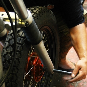 Memasang as roda