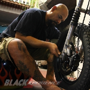 Mengencangkan baut roda