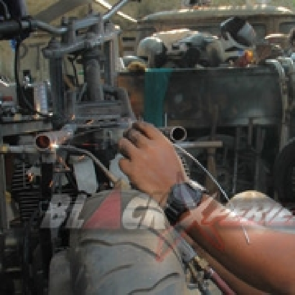 Donny Hantu Laut Memulai Pekerjaan Modifikasi Suzuki GSX750 Police Cafe Racer