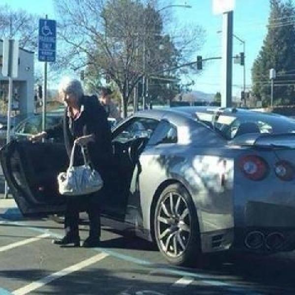 Nenek ini Kendarai Nissan GT-R Untuk Belanja