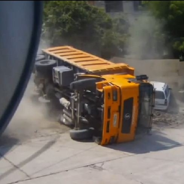 Tak Kuat Menanjak Truk Pasir 'Jalan Mundur' Menimpa Dua Sedan