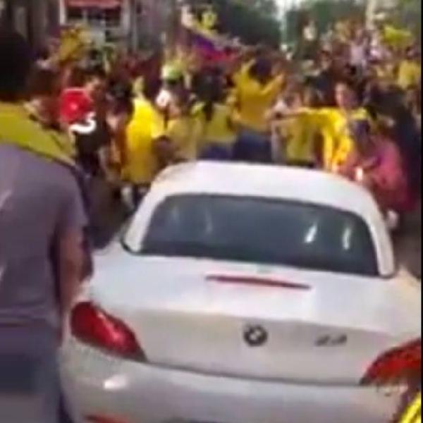 Tanpa sebab pasti para fans Kolombia hancurkan BMW Z4