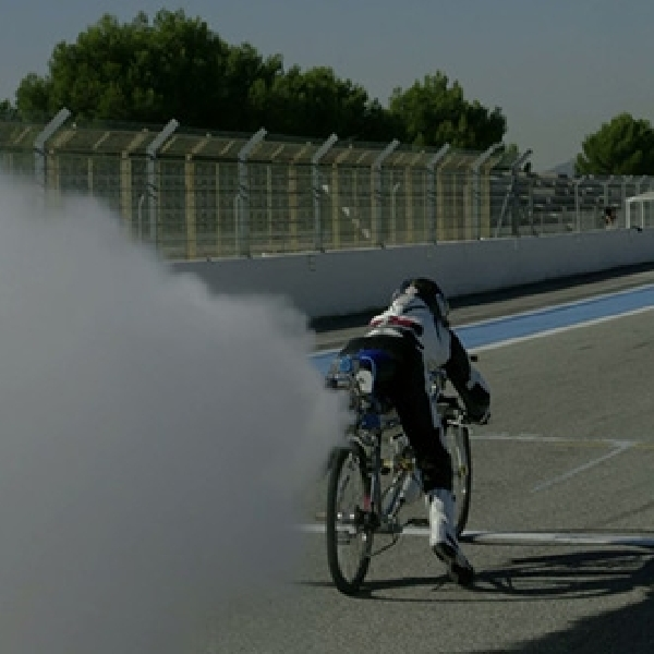 Sepeda Ini Kalahkan Ferrari 430 Scuderia di Lintasan Drag Race