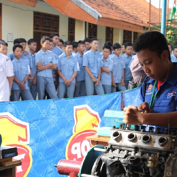 Oli Top 1 Ramaikan Lomba Kompetensi Siswa Otomotif di Tangerang