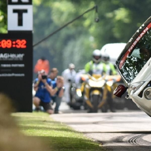 Nissan Juke Nismo RS Catat Rekor Dunia Berjalan dengan 2 Roda