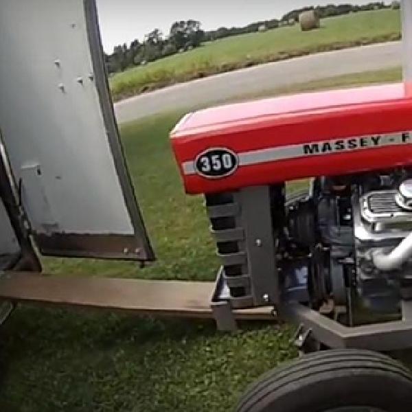 Seperti Ini Sensasi Mengemudikan Traktor Bermesin Chevy Small Block V8
