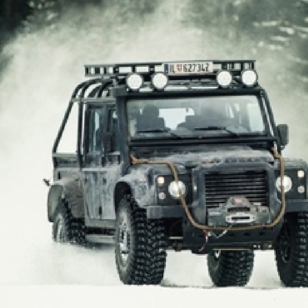 Land Rover Defender dan Ranger Rover Sport Ala James Bond