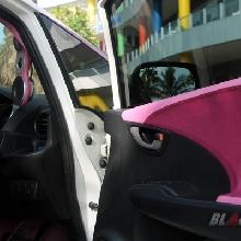 Door trim juga dibungkus dengan warna ungu