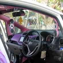 Senada eksterior, warna di interior pun memadukan komposisi ungu dan pink